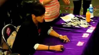 20110326 羅志祥香港將軍澳新都城簽唱會之心痛歌迷拍抬離場繼續簽 thumbnail