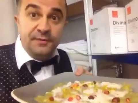 Download Kamarieri shqiptar peshtyn ushqimin para se tua dergoje klienteve ne tavoline