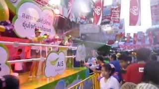 カオサン通りは通常以上に活気がありました。 毎年四月にタイの各地で開...