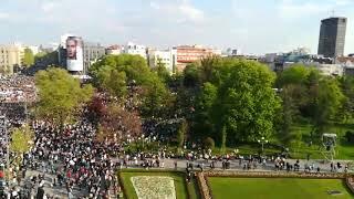 Okupljene pristalice SNS ispred Skupštine u 17.25