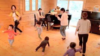 音楽室ココントア リトミック2〜3歳のクラスの様子です。 <リトミッ...