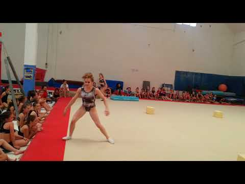 Super staffetta con spettatori fantastici ginnastica artistica
