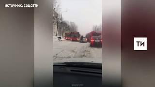 Легковушка, уходя от столкновения, протаранила автобус