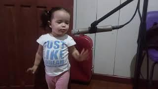 Bebe cantora muito linda.