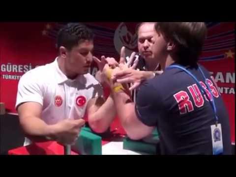 Türk ve Rus Sporcu Bilek Güreşi