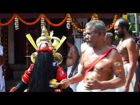 Vadakkan Kowal Bhagavathy Kavu Theyyam Perumkaliyattam09