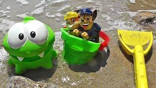 Мультик - Ам Ням і Щенячий Патруль грають в іграшки на пляжі
