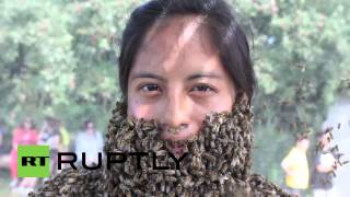 Canada: Bee-bearding battle creates buzz in Ontario