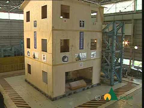 Prova su piattaforma sismica di edificio in legno di 3 for Edificio a 3 piani