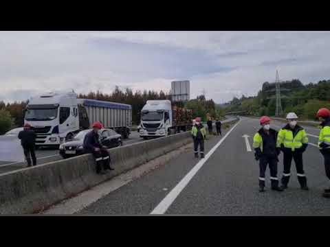 Trabajadores de las auxiliares de Endesa cortan la AG-64
