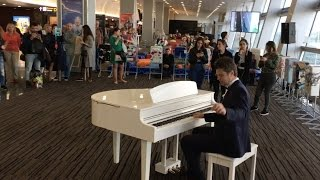 Gambar cover Passengers were shocked: professional pianist plays in the airport