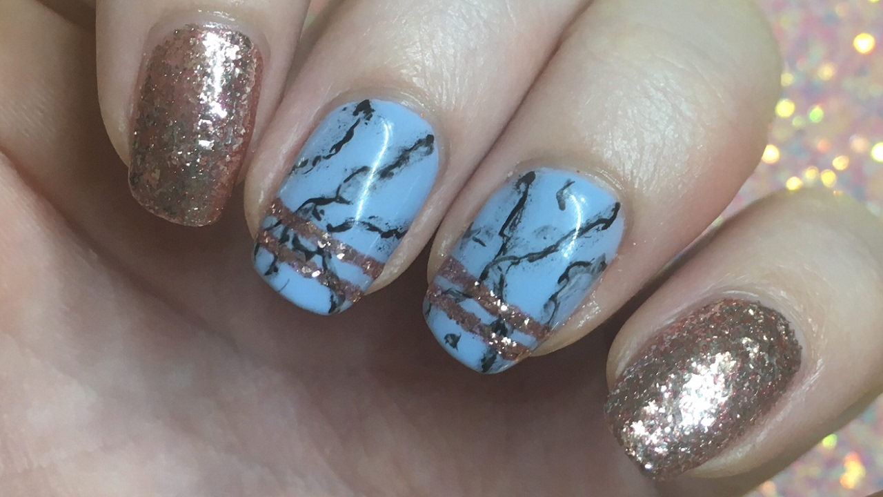 nail art blue marble with rose