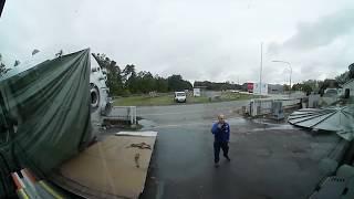 Cofanie przez zagracony plac do ciasnej bramy na prawe lustro - Kamera 360 - Bart In Truck