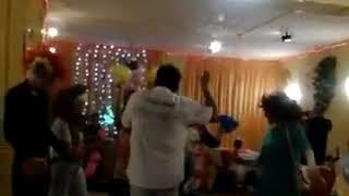 Ах эта свадьба,мать жениха зажигает в чёрном парике с надувной трубой))Огонь ,а не женщина)