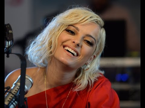 Bebe Rexha Talks Dealing With Paparazzi (Czech Subtitles)