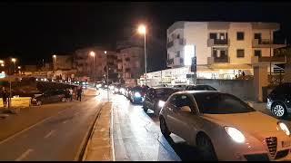 Spettacolo pirotecnico a centro strada in nottata: coda sul lungomare e residenti infastiditi
