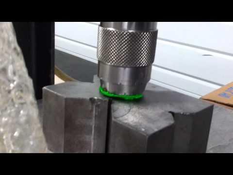 chaton mignon sous la presse (7.5 tonnes de pression)