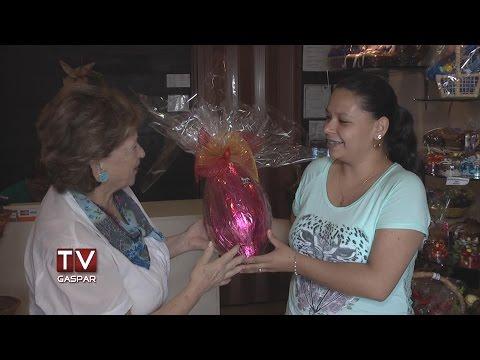 TV Gaspar e Chocolidia entregam ovo para vencedora do sorteio