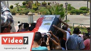جثمان عمرو سمير يغادر مسجد الشرطة إلى مثواه الأخير بمدافن الأسرة