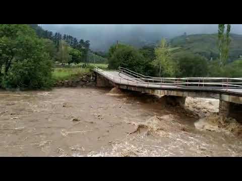 Así baja el río Saja a su paso por Ruente tras las fuertes lluvias en Cantabria
