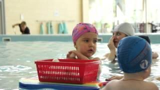 Малыши плавают. Урок плавания для грудничков