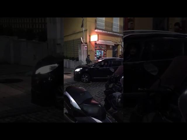 Varios viandantes increpan a Revilla que entre en sentido contrario para aparcar en el Gobierno