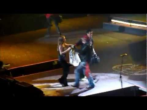 Axl Rose chama fã no palco (Rocket Queen)