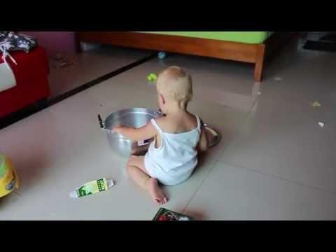 ребёнок играет в кастрюлю