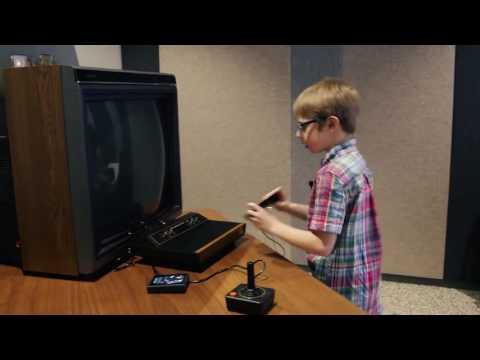 Crianças de hoje tentando jogar um Atari