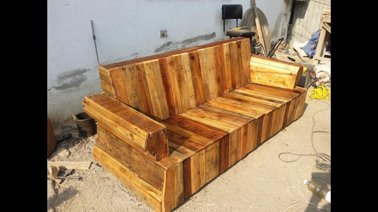 Mueble hecho con tarimas palets con un sofa viejo for Muebles de bano con palets