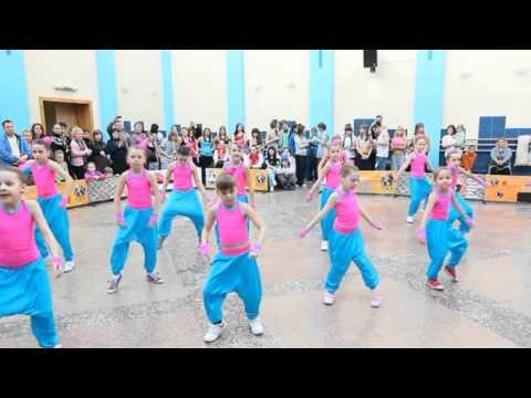 Фиеста дети танецуют