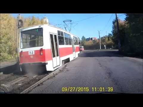 В Омске трамвай развалился на полном на ходу