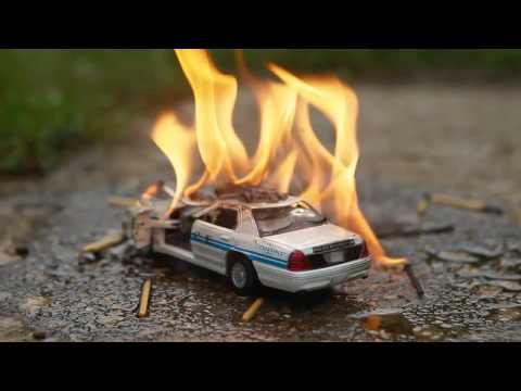 Мальчик разрушает и поджигает полицейскую машину