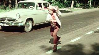 Надежда Румянцева на инлайн-роликах. Королева Бензоколонки (1962)