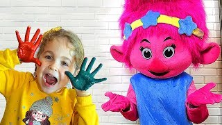 Nadia draws with her hands and helps her friends | Nadia draws with her hands Drawing for kids easy