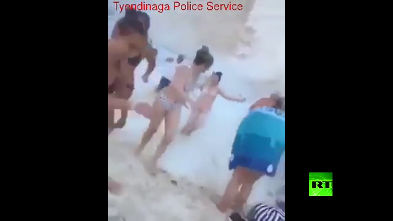 لحظة انهيار صخرة عملاقة على شاطئ مكتظ في اليونان