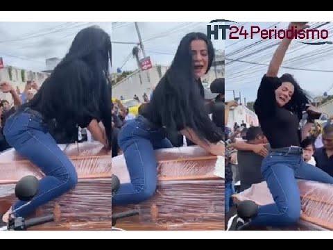 Inusual funeral: Colombiana baile y se contornea sobre ataúd de su esposo asesinado en Ecuador
