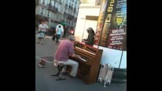 St. Michel (Paris) pianiste dans la rue