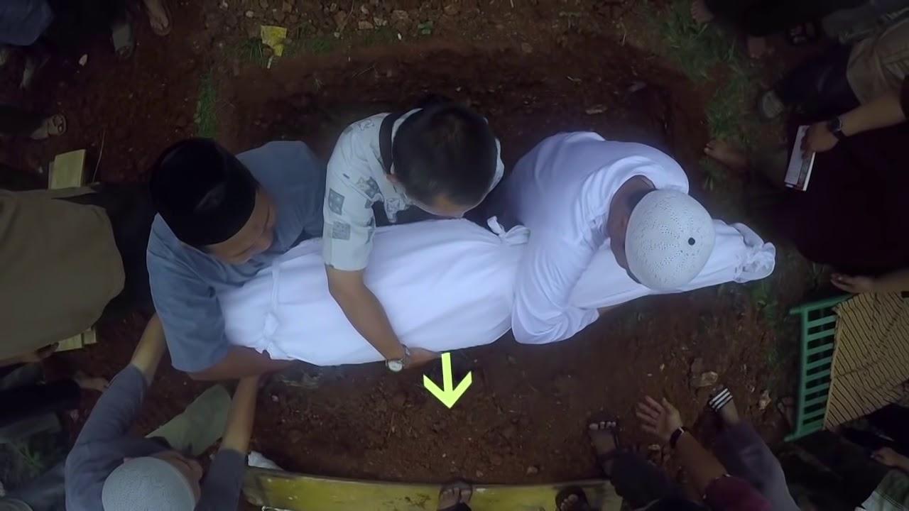 07 Menguburkan jenazah - Tata Cara Pengurusan Jenazah - YouTube