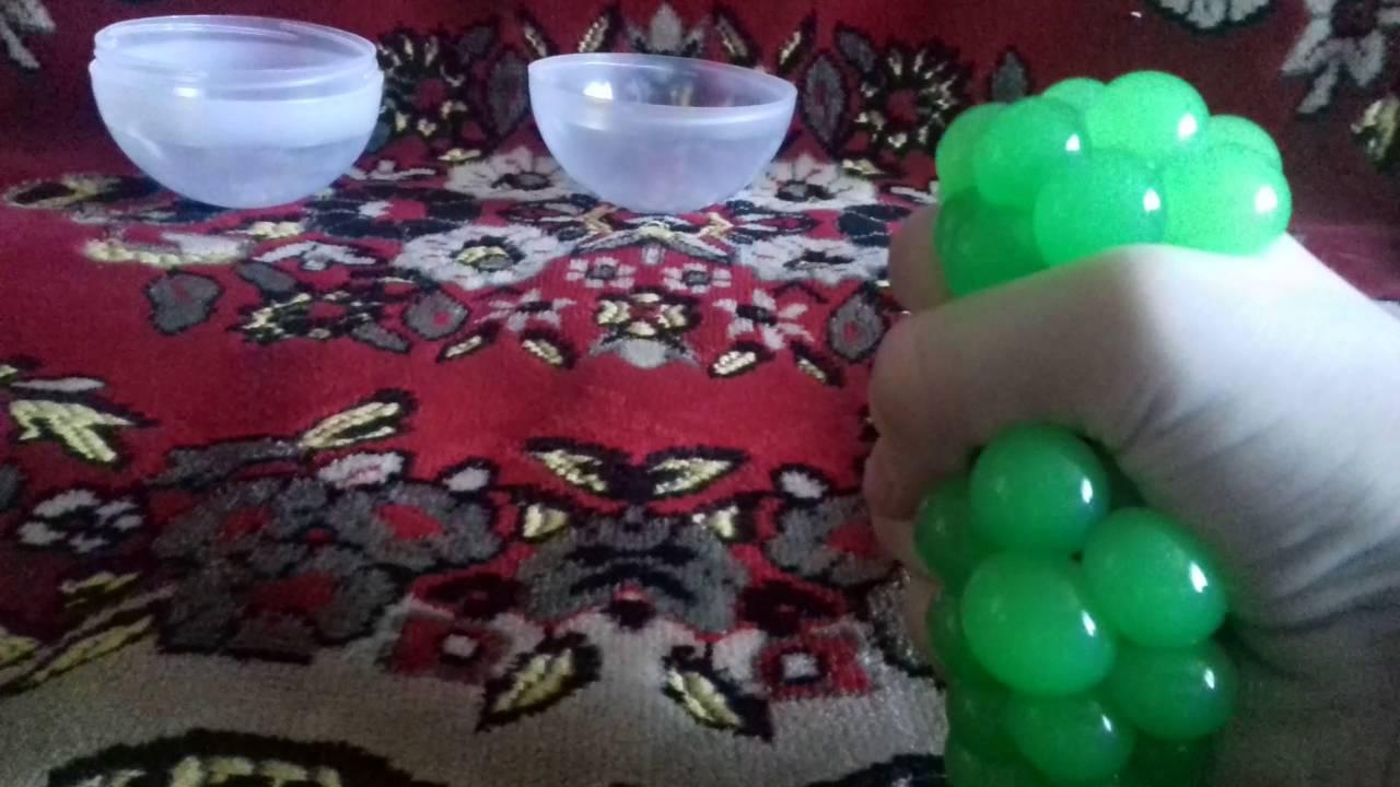 Засуньте получившийся мячик-антистресс в пенополиуретан. Шарики можно купить в детских магазинах и магазинах подарков, пенополиуретан – в строительных магазинах или в онлайн-магазине. Вам потребуется пенополиуретан размером 9 х 12,5 см и толщиной примерно 2,5-7,5 см. Слишком тонкий.