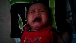 Download Video bayi nangis keras marah lucu pakai  baju merah MP3 3GP MP4
