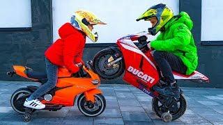Как разрешить СПОР???Dania and Tisha ride on children's motorcycle and stuck in the ground .