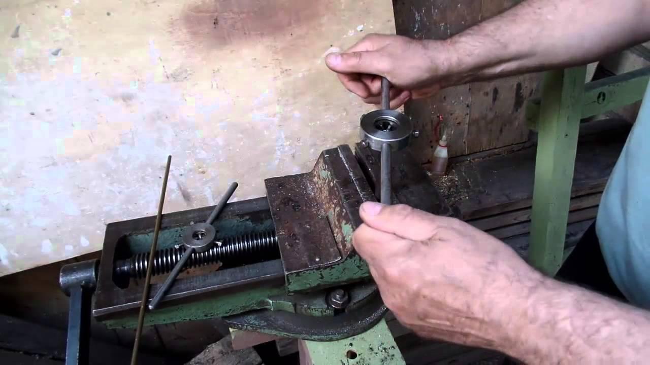 Нарезка резьбы вручную в дачной мастерской