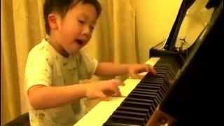 Phốt sốt vì cậu bé dễ thương chơi đàn cực điêu luyện