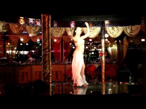 Восточные танцы, красивая девушка офигенно танцует