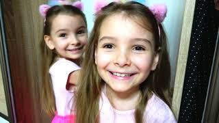 Папа и девочки делают прически из чупа-чупс .  Hairstyle chupa chups lollipops