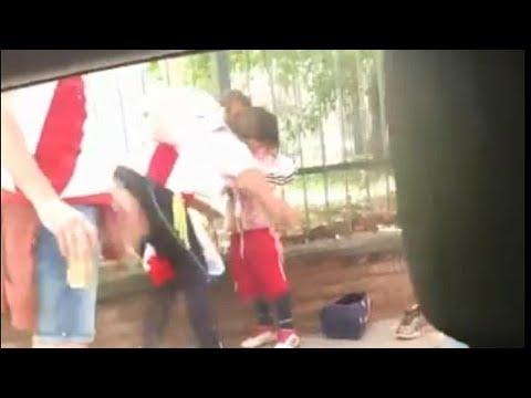 Una aficionada del River esconde bengalas en el cuerpo de una niña para introducirlas en el estadio