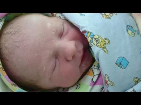 Новорожденный 37 недель, первый раз открывает глаза)