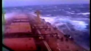 Besar kapal di gelombang rakasa besar dan kuat besar dengan angin badai ekstrim marah