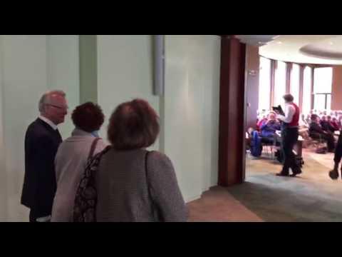 Jozias van Aartsen komt de Statenzaal van provinciehuis Drenthe binnen